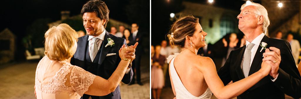Gli sposi ballano con i loro genitori