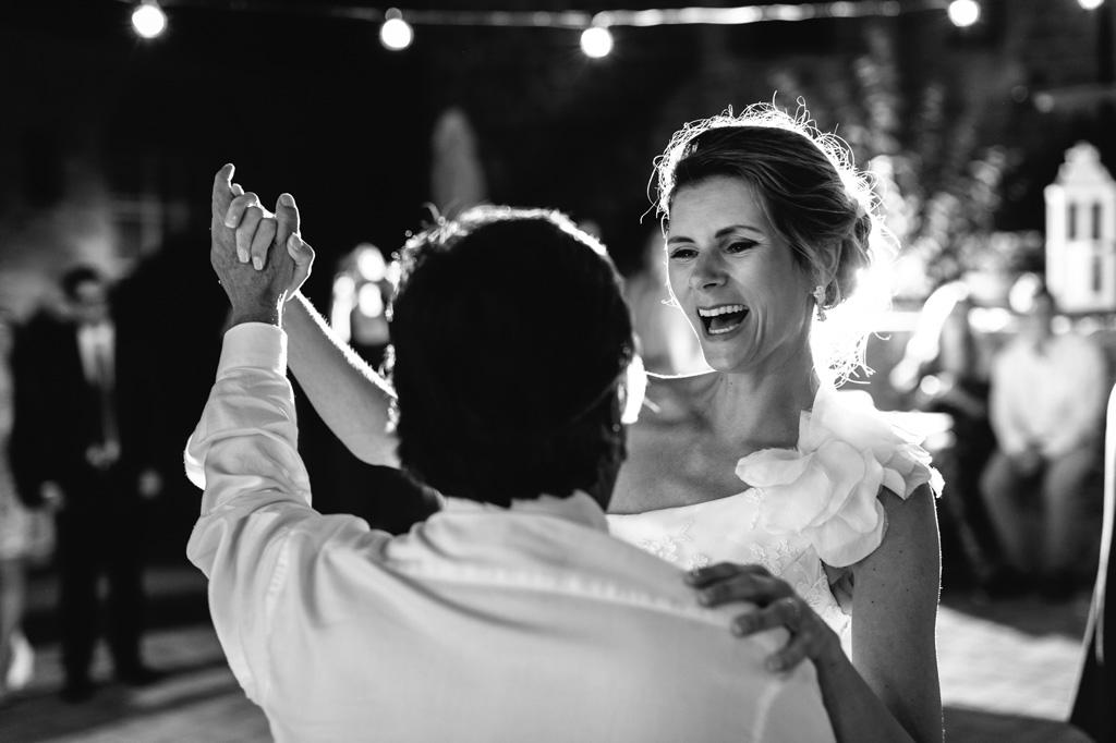 Gli sposi ridono mentre ballano insieme