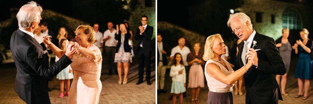 I genitori degli sposi ballano insieme