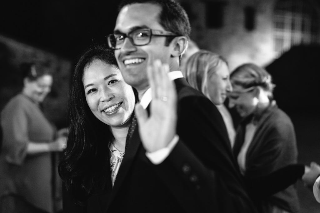 Gli invitati sorridono al fotografo di matrimonio
