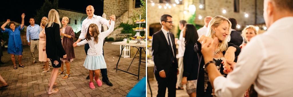 Gli invitati iniziano a ballare al ricevimento di Carlos e Catherine