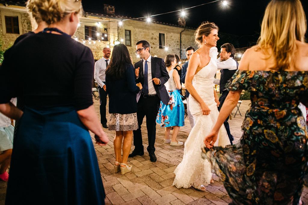 Sposi e invitati ballano alla Tenuta di Papena