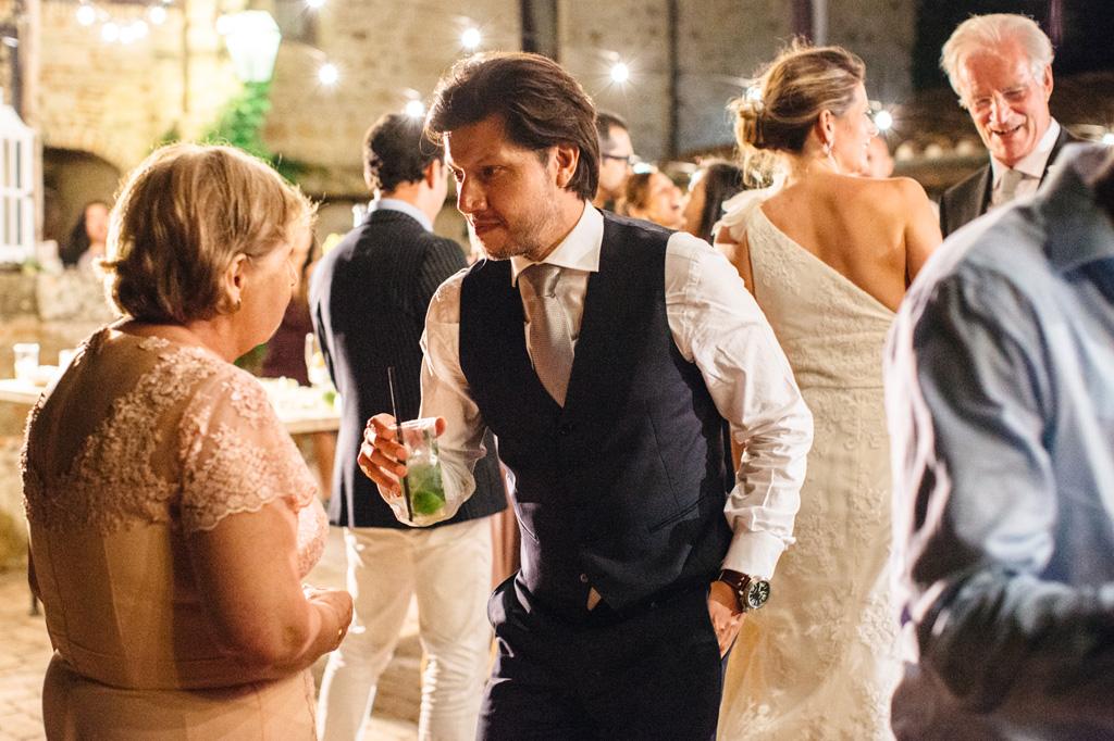 Lo sposo parla con la mamma durante i balli