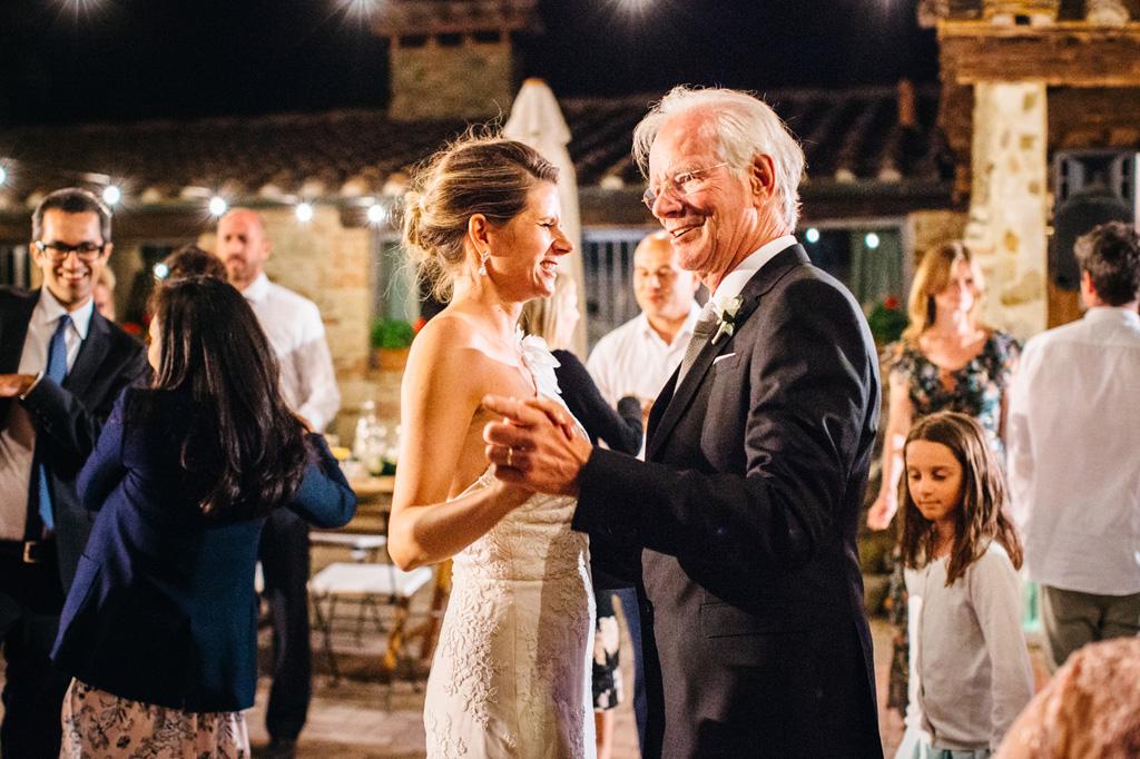 La sposa balla con il padre durante il ricevimento alla Tenuta di Papepna