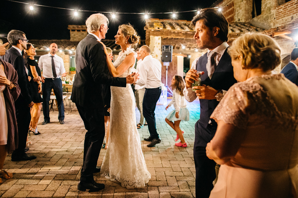 La sposa balla con il padre mentre lo sposo sta insieme alla mamma
