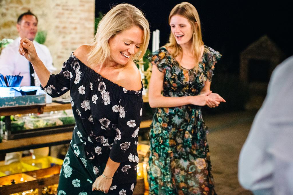 Invitate al matrimonio di Carlos e Catherine si divertono durante i balli