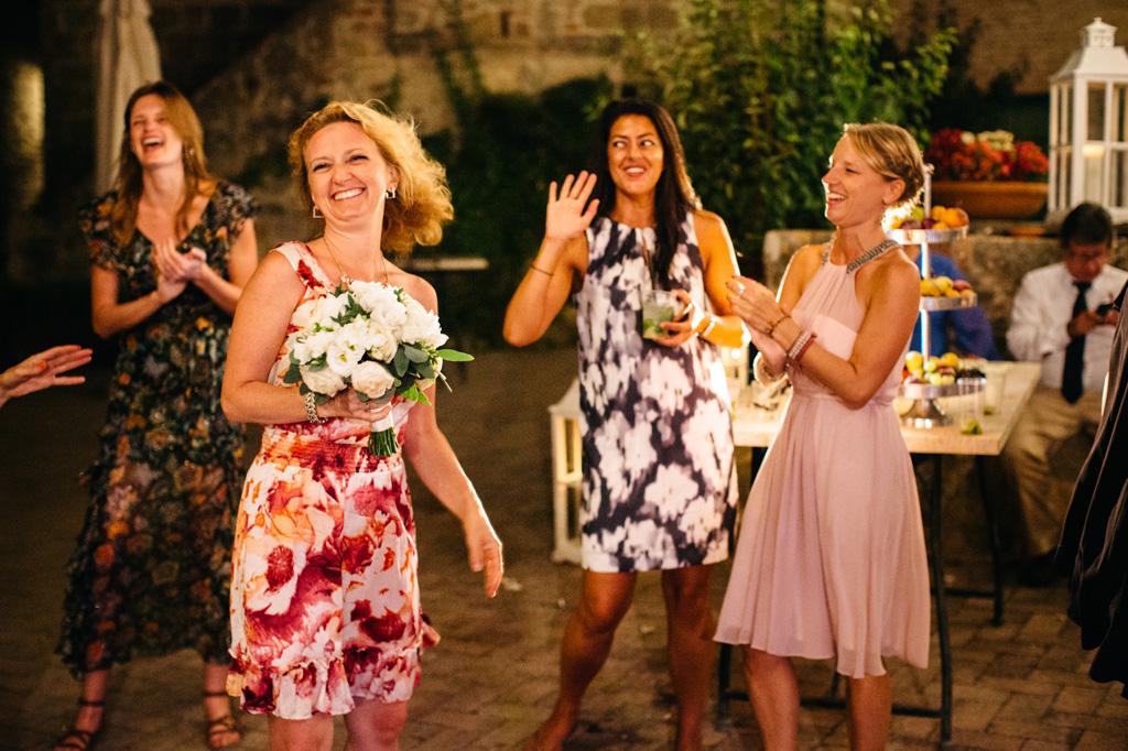 Un'invitata ha preso il bouquet della sposa