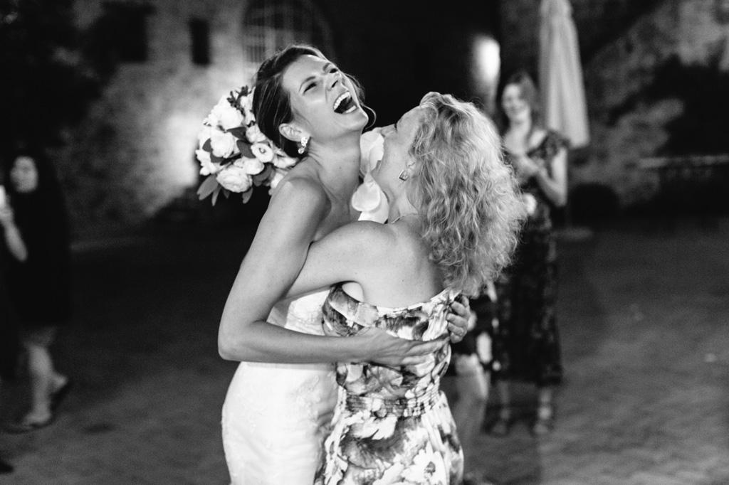 La sposa abbraccia l'invitata che ha preso il suo bouquet