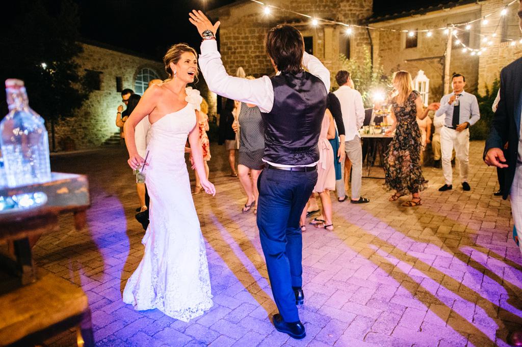 Gli sposi ballano divertiti sotto le luci della Tenuta di Papena