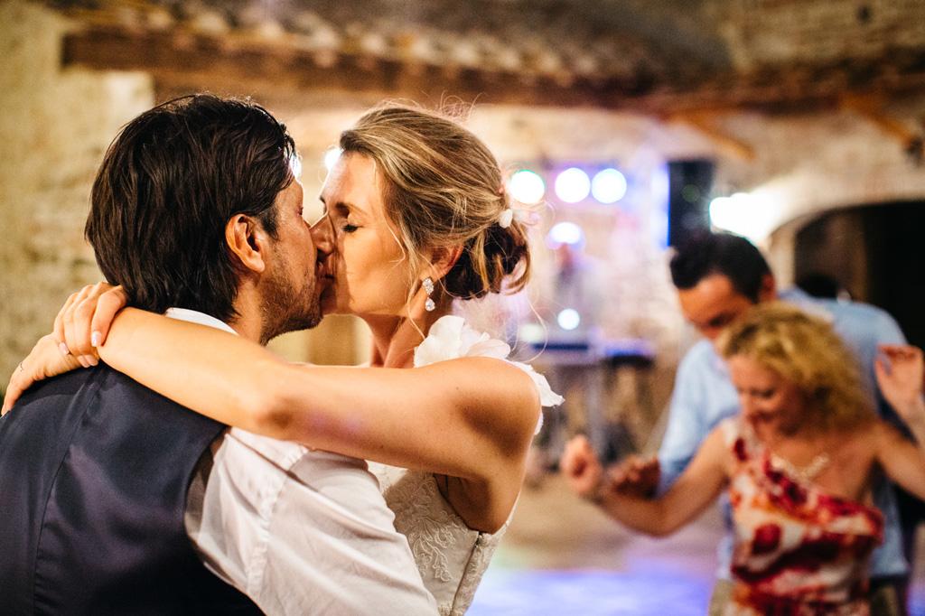 Gli sposi si baciano durante la splendida serata alla Tenuta di Papena