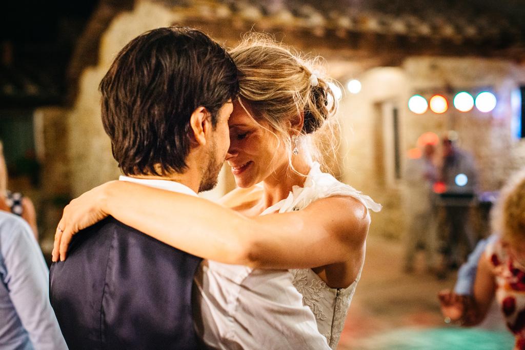 Gli sposi abbracciati durante i balli alla Tenuta di Papena