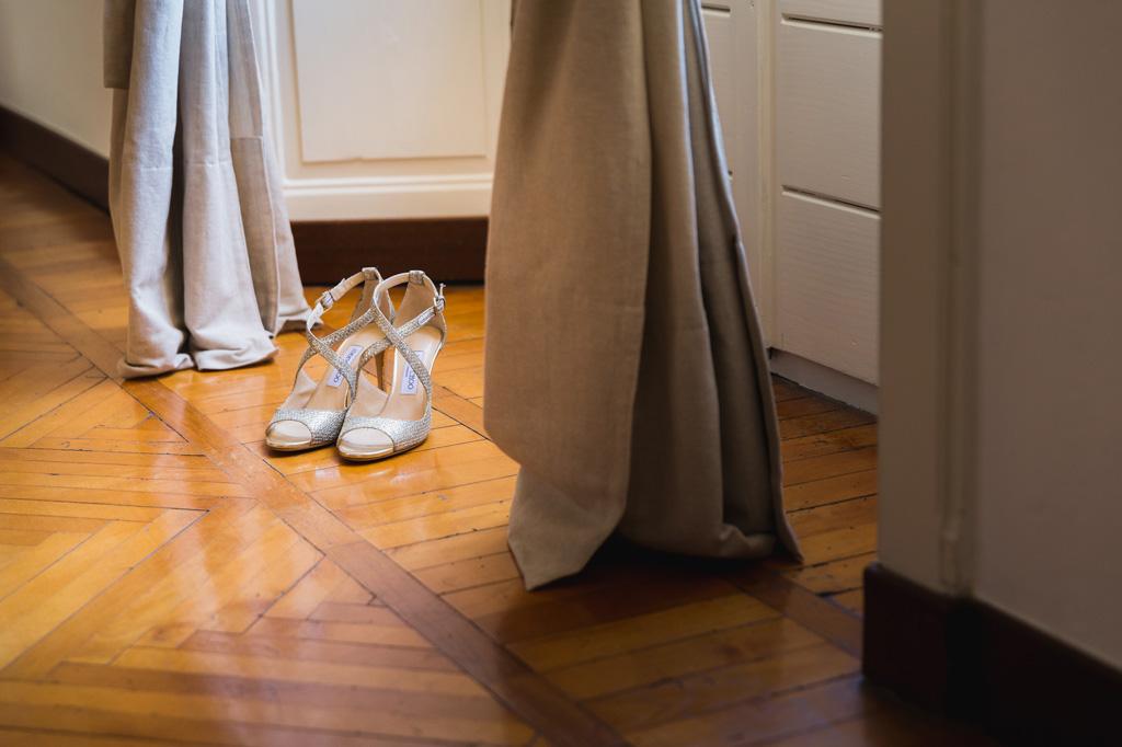 Le scarpe della sposa alla luce della finestra