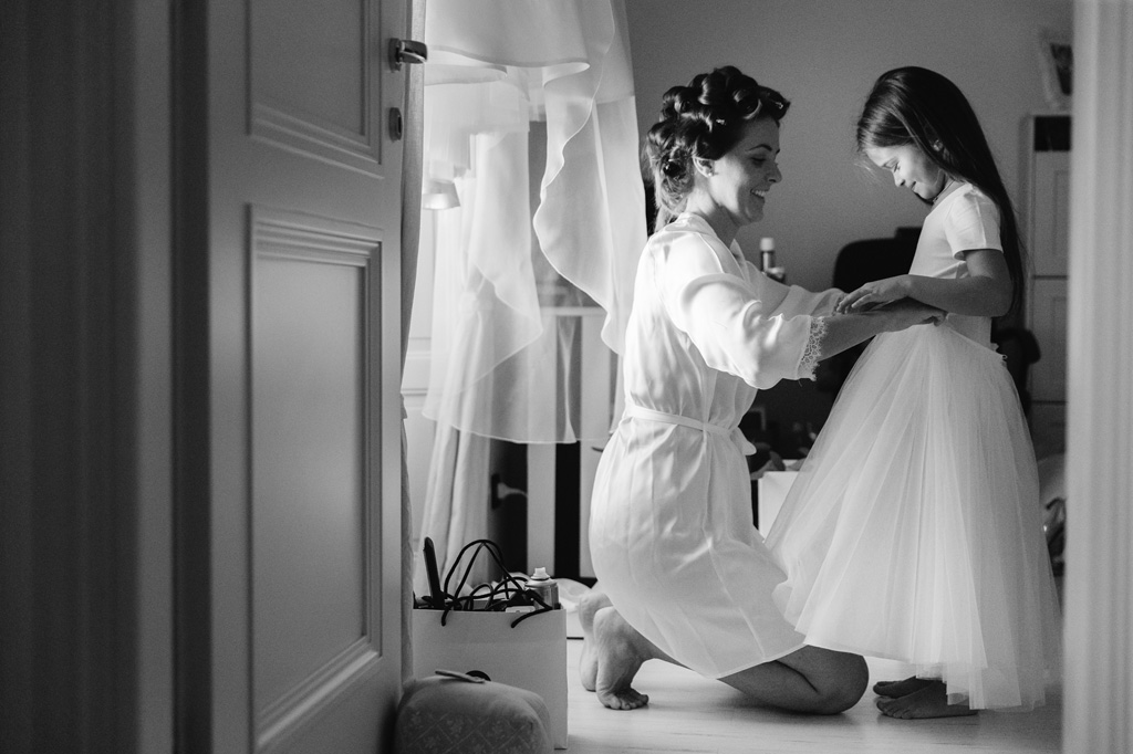 La sposa aiuta la nipotina a vestirsi