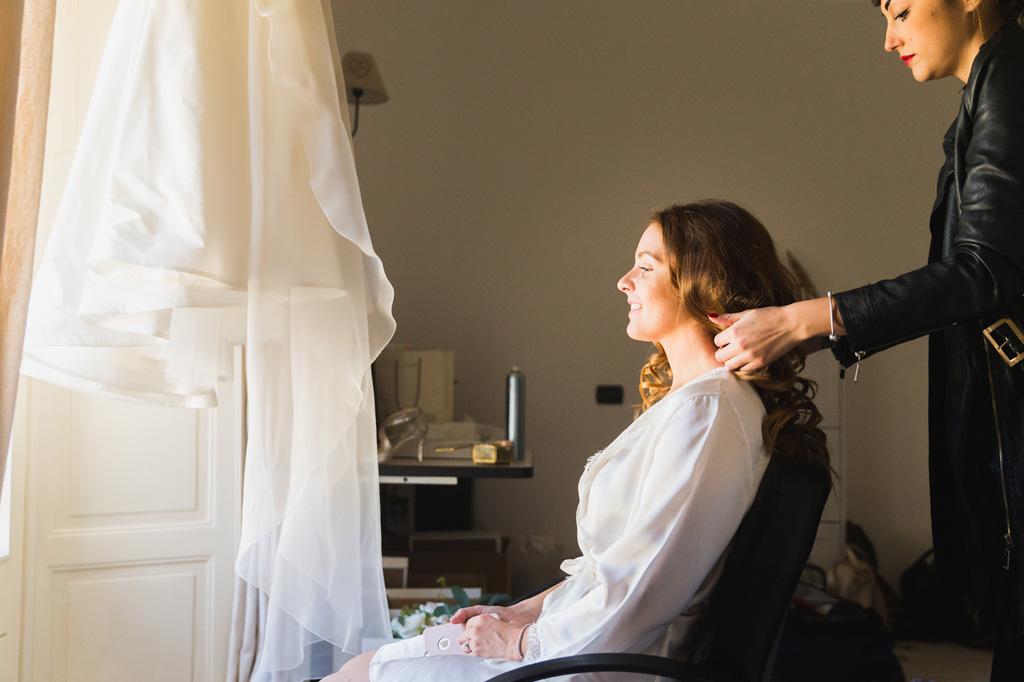 La sposa seduta davanti alla finestra della sua casa di Como