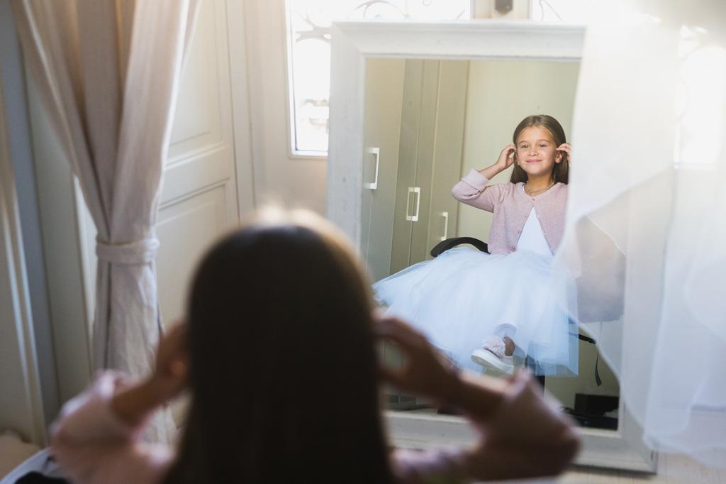 La bambina allo specchio a casa della sposa a Como