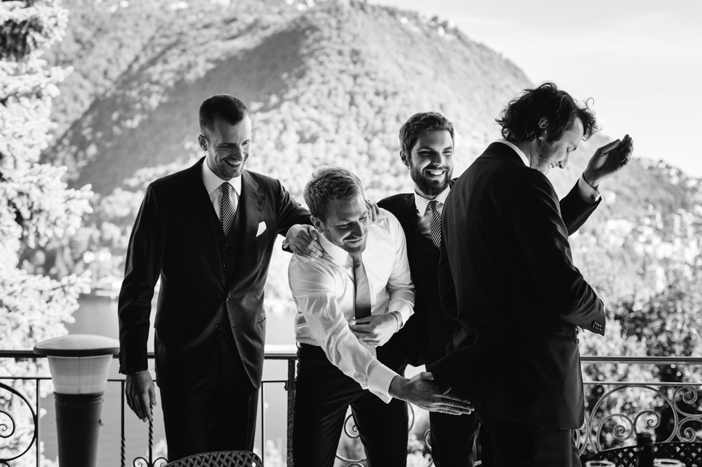 Lo sposo con gli amici sul balcone della casa sul Lago di Como