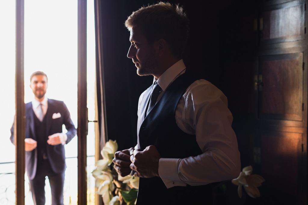 Lo sposo finisce di vestirsi