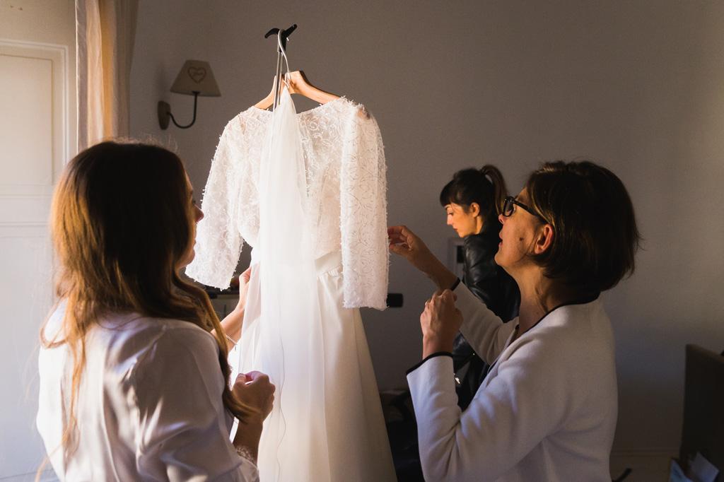 La sposa prende l'abito bianco