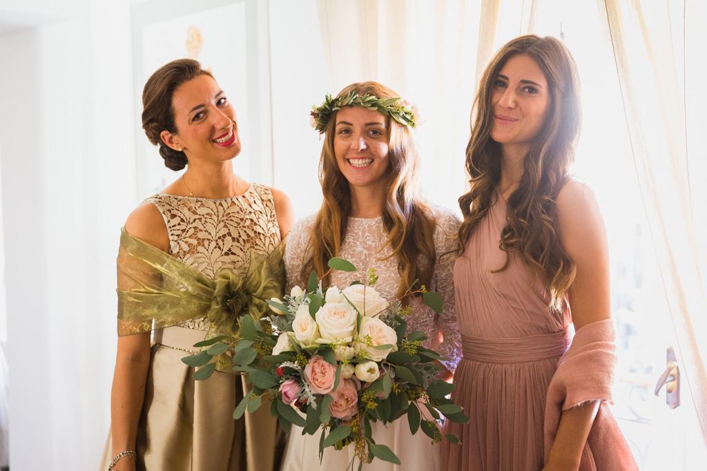 La sposa con il bouquet e le damigelle