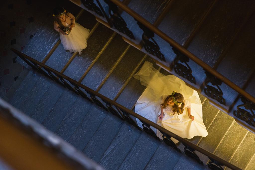 La sposa scende le scale della sua casa di Como