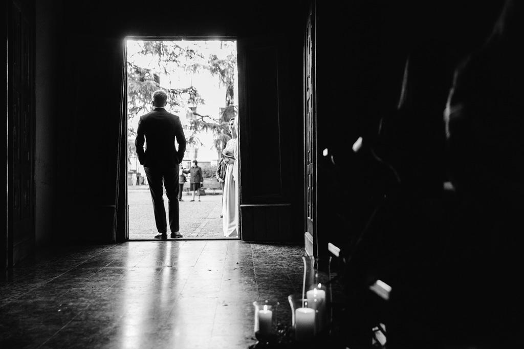 Lo sposo aspetta la sposa sulla porta della chiesa