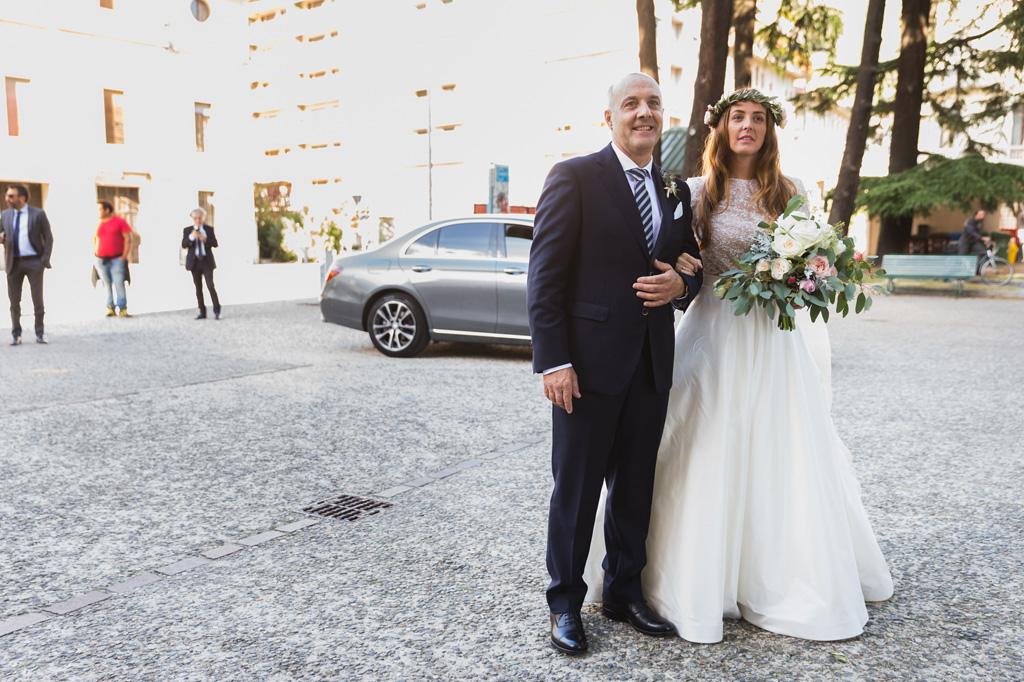 La sposa si avvicina con il padre alla chiesa di Como