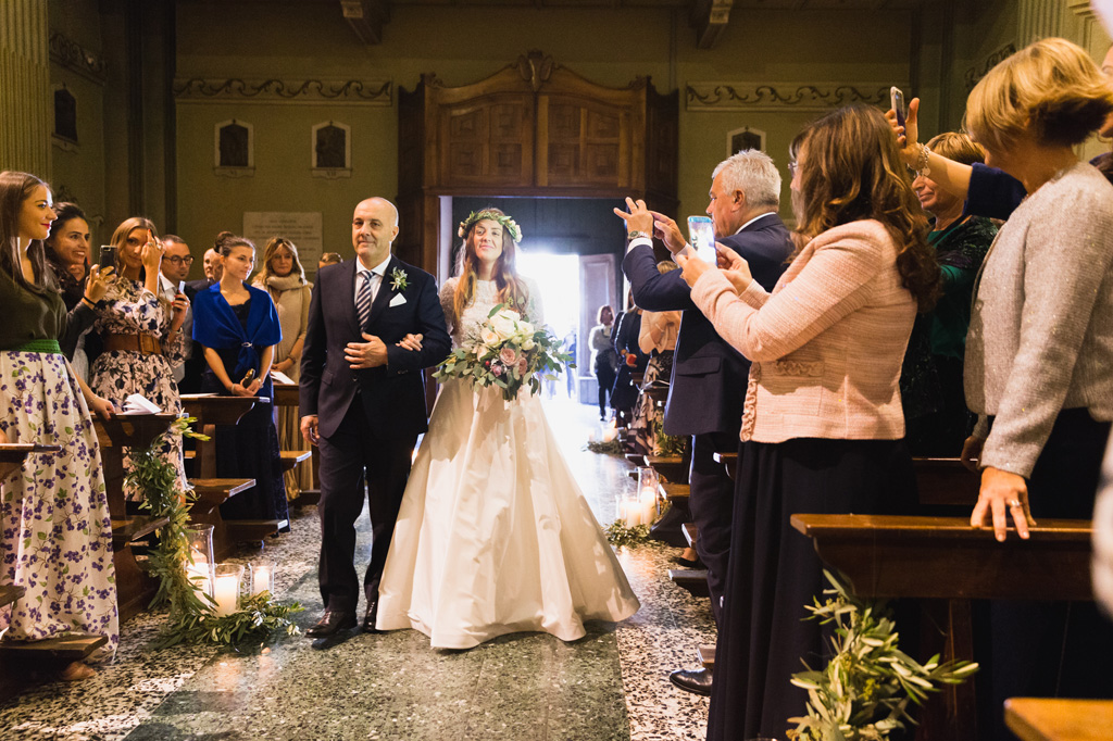 La sposa nella navata della chiesa con il padre