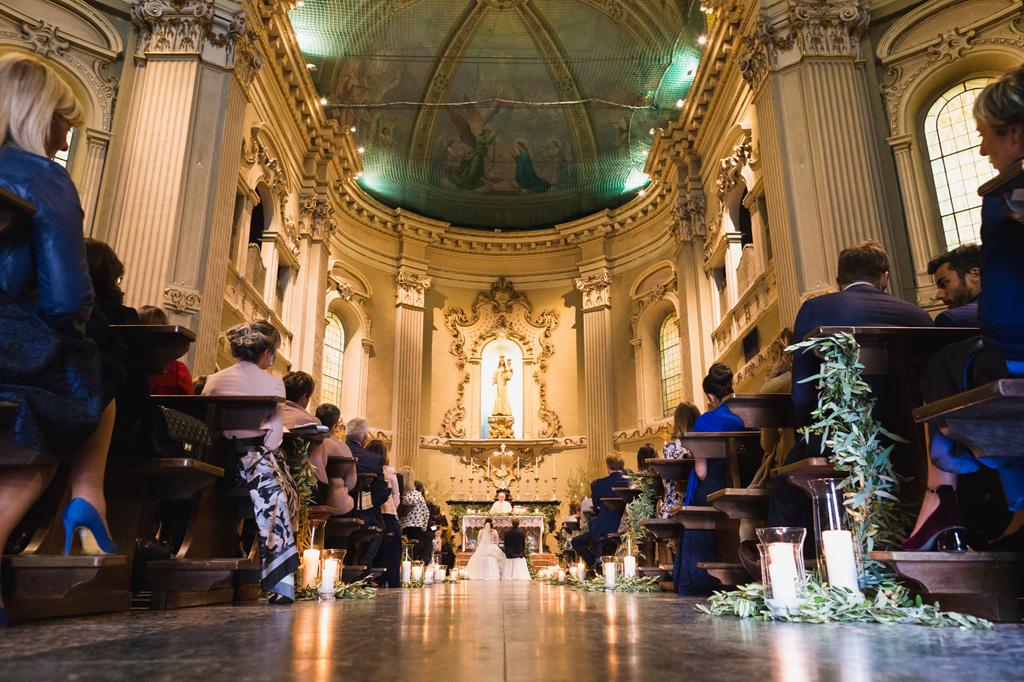 La navata centrale della chiesa durante la cerimonia del matrimonio di Carola e Federico