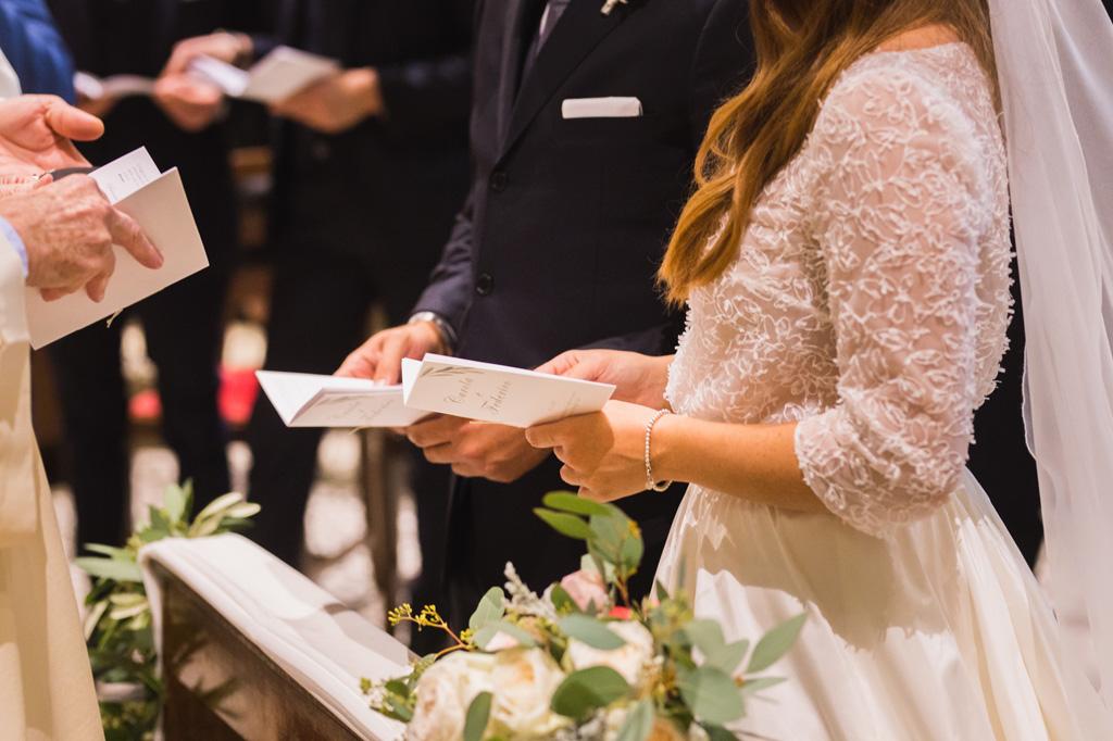Gli sposi leggono il libretto della messa del matrimonio