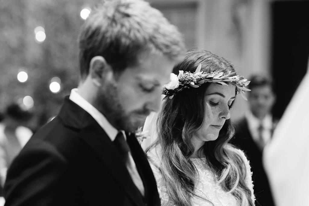Gli sposi seguono la messa dal libretto
