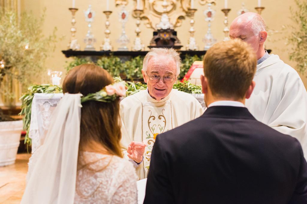 Il parroco si rivolge agli sposi durante la celebrazione