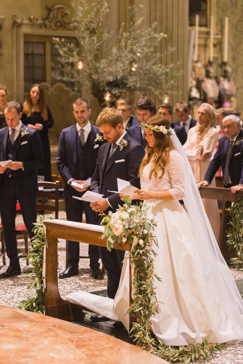 Gli sposi durante la messa nella chiesa del Collegio Gallio di Como