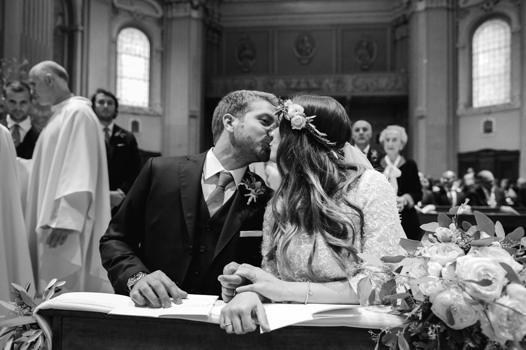 Gli sposi si baciano dopo essere stati dichiarati marito e moglie