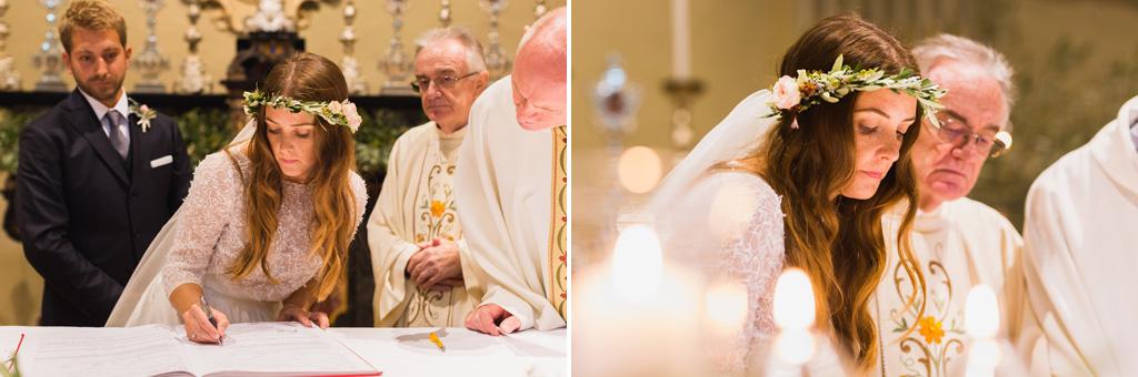 Gli sposi firmano le carte per ufficializzare civilmente il matrimonio