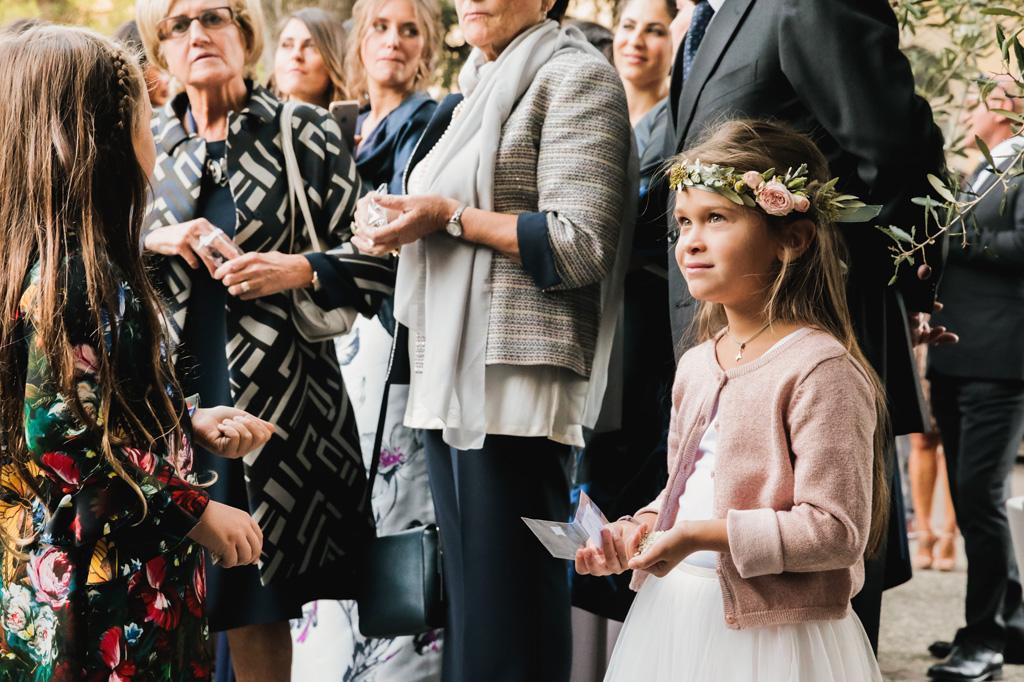 Gli invitati aspettano l'uscita degli sposi dalla chiesa