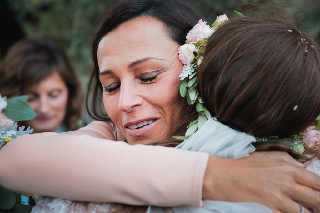La sposa abbraccia gli invitati fuori dalla chiesa