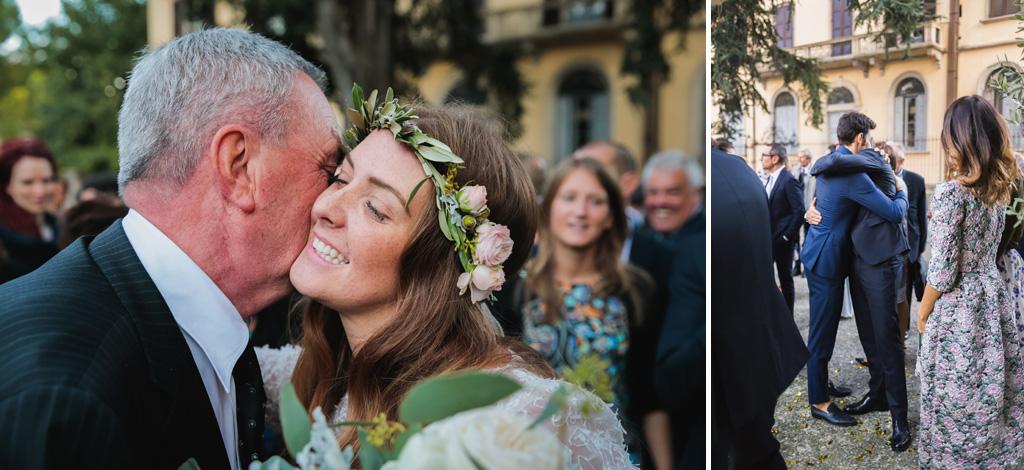 Gli sposi abbracciano i parenti sul piazzale della chiesa di Como
