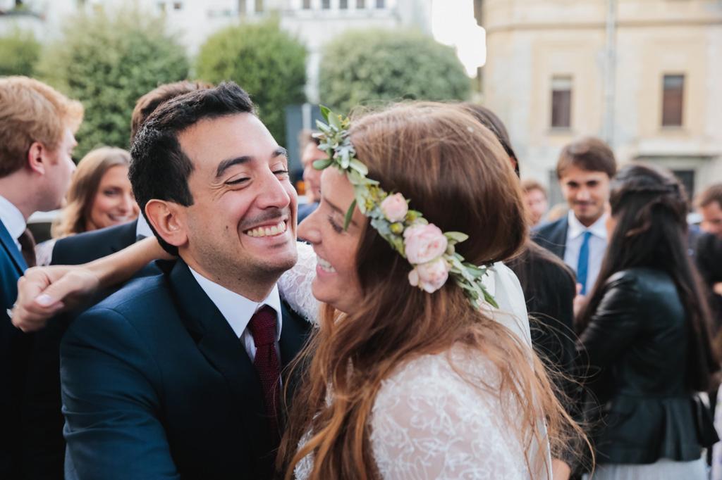Gli amici ridono con la sposa dopo la cerimonia