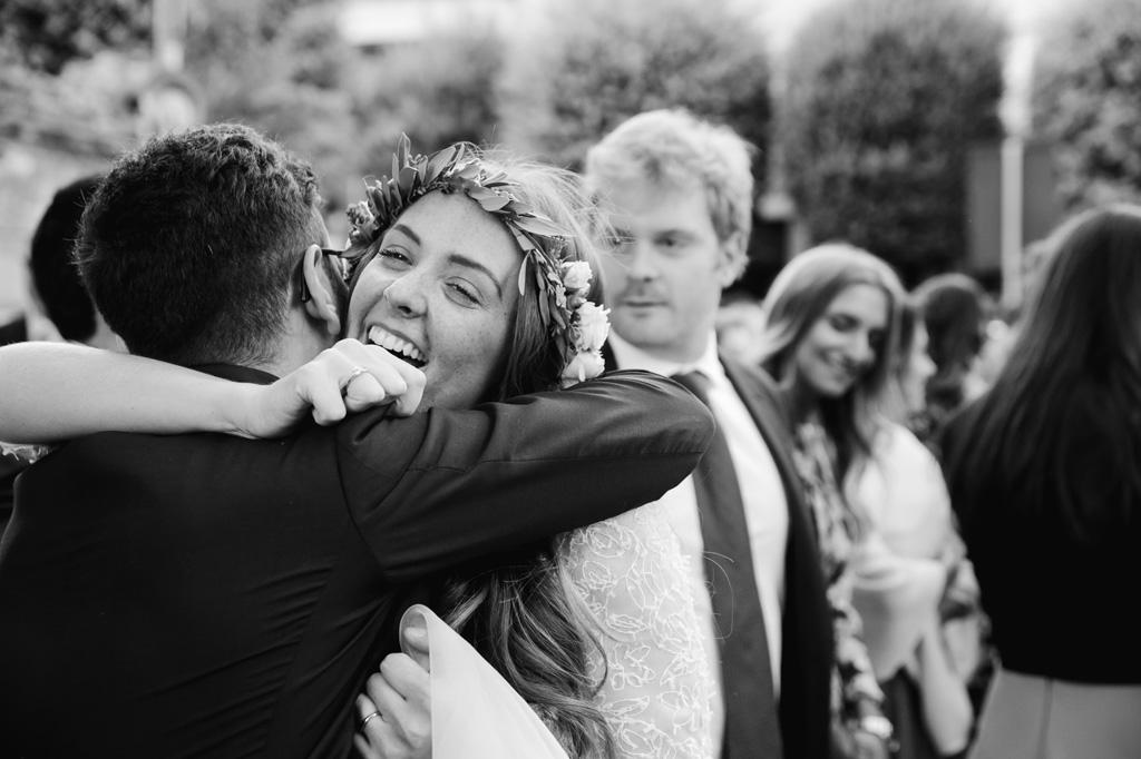 Gli amici abbracciano la sposa