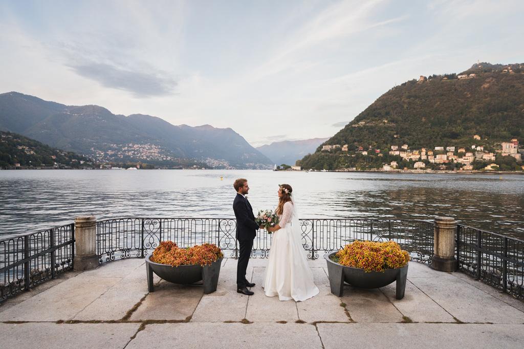Foto di coppia su una bellissima terrazza con vista sul Lago di Como