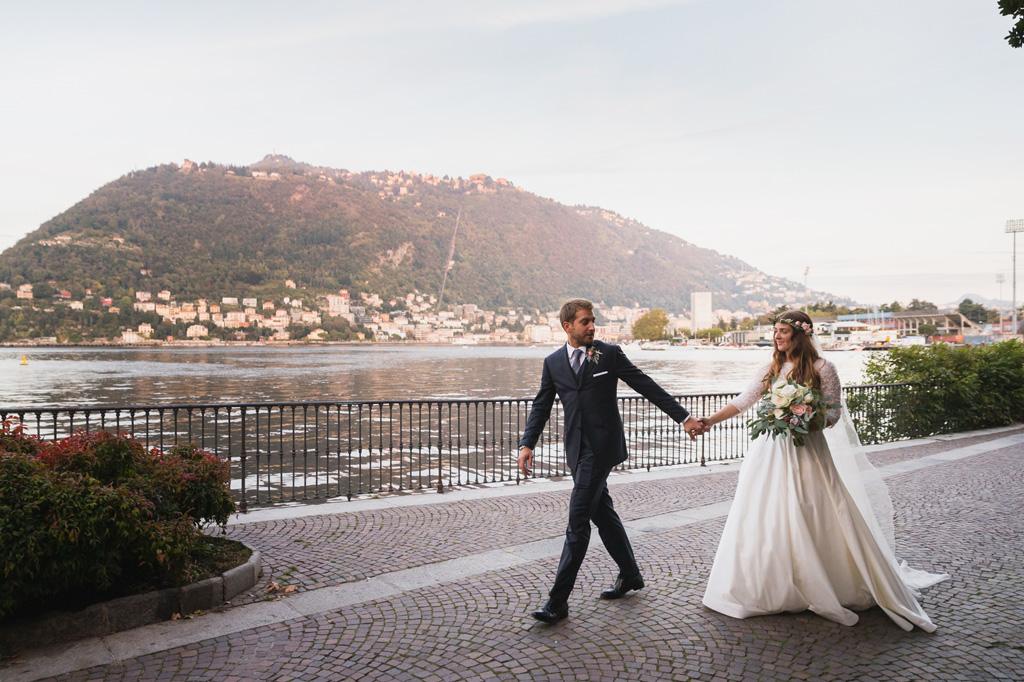 Federico porta la sposa verso il ricevimento
