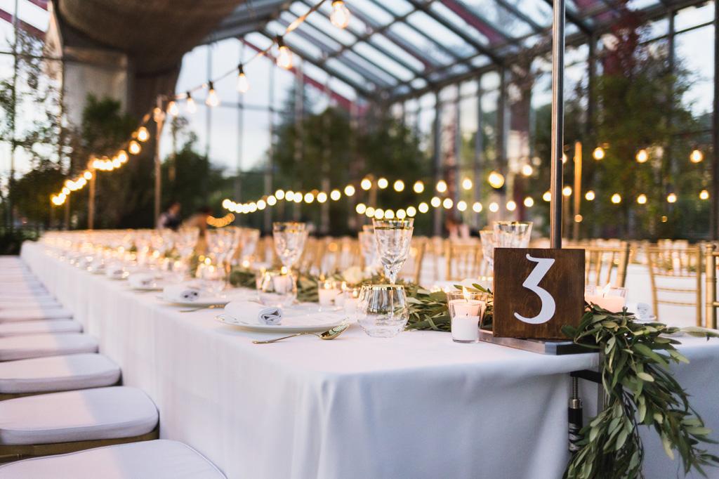 Lungo tavolo bianco elegantemente decorato al ricevimento alle serre Rattiflora