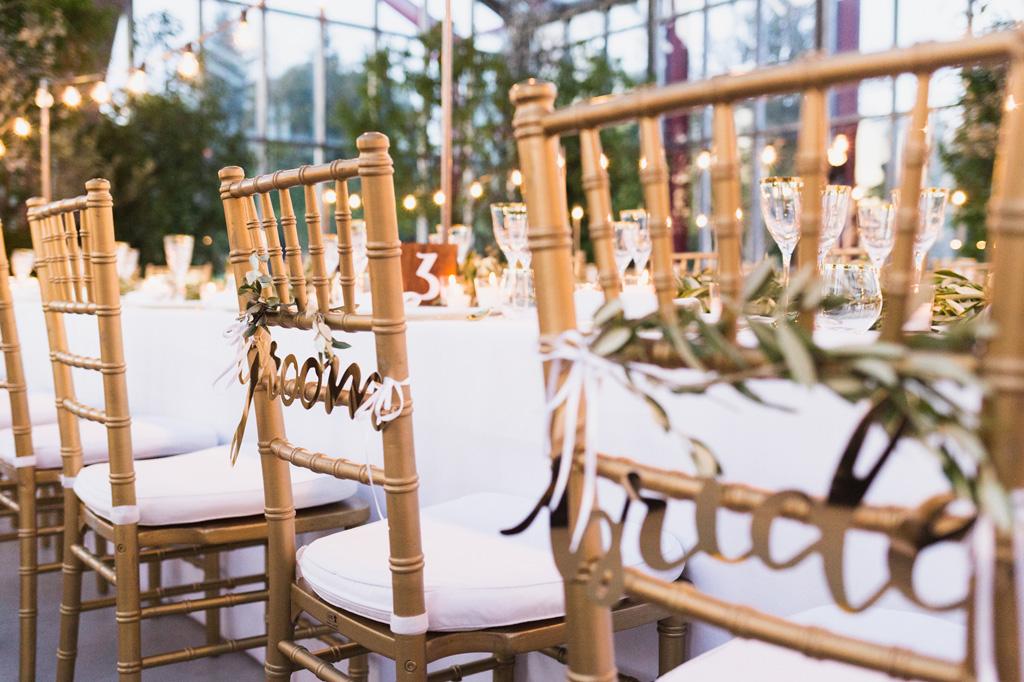 Le sedie degli sposi nella sala del ricevimento
