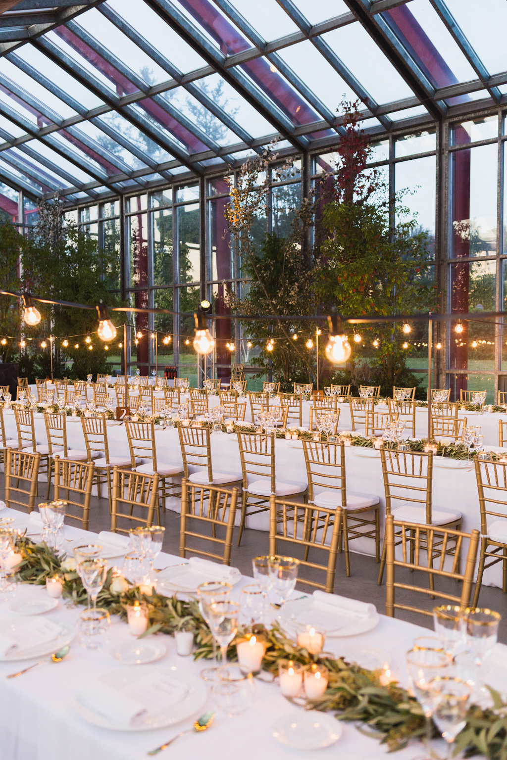 I tavoli della sala del ricevimento con vista sullo splendido giardino delle serre Rattiflora di Casnate con Bernate