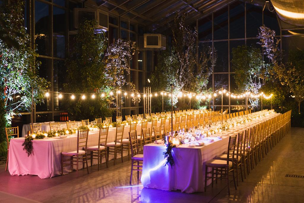 Tavoli illuminati da romantiche lucine la sera del ricevimento di Federico e Carola