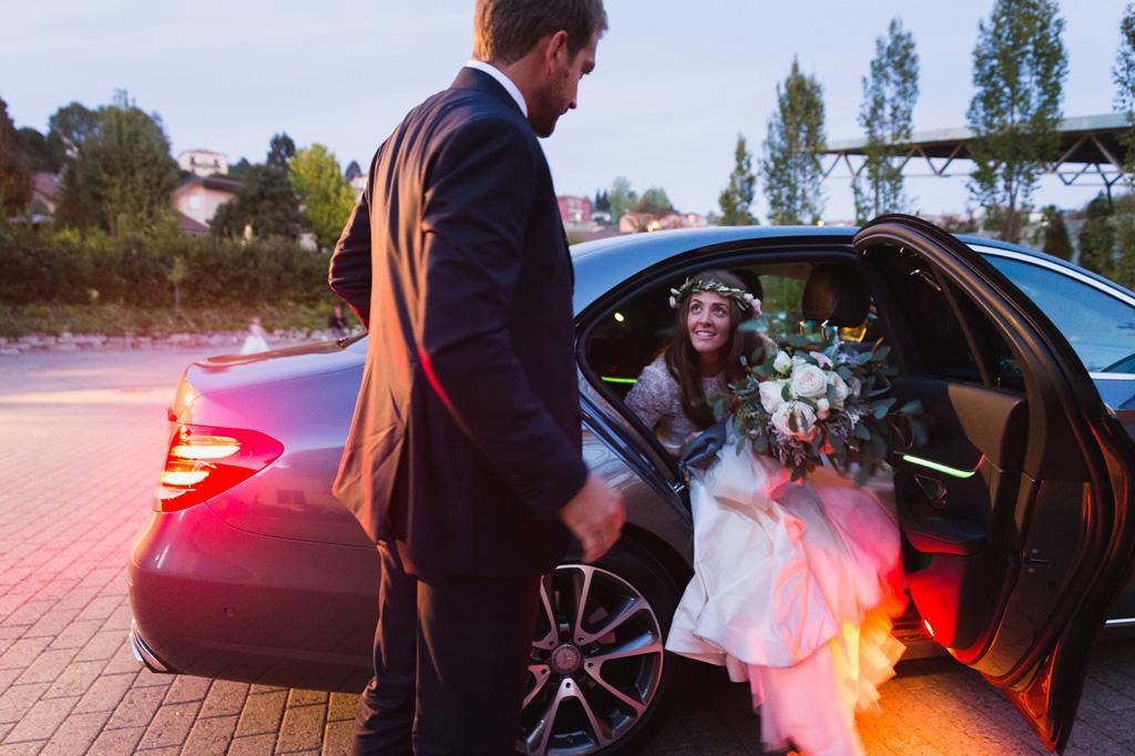 La sposa scende dall'auto che la porta alla location del ricevimento
