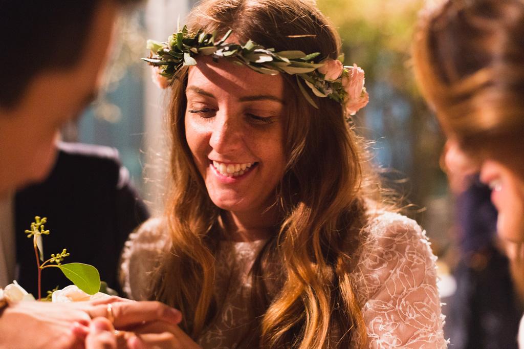 La sposa sistema l'anello sul dito dello sposo