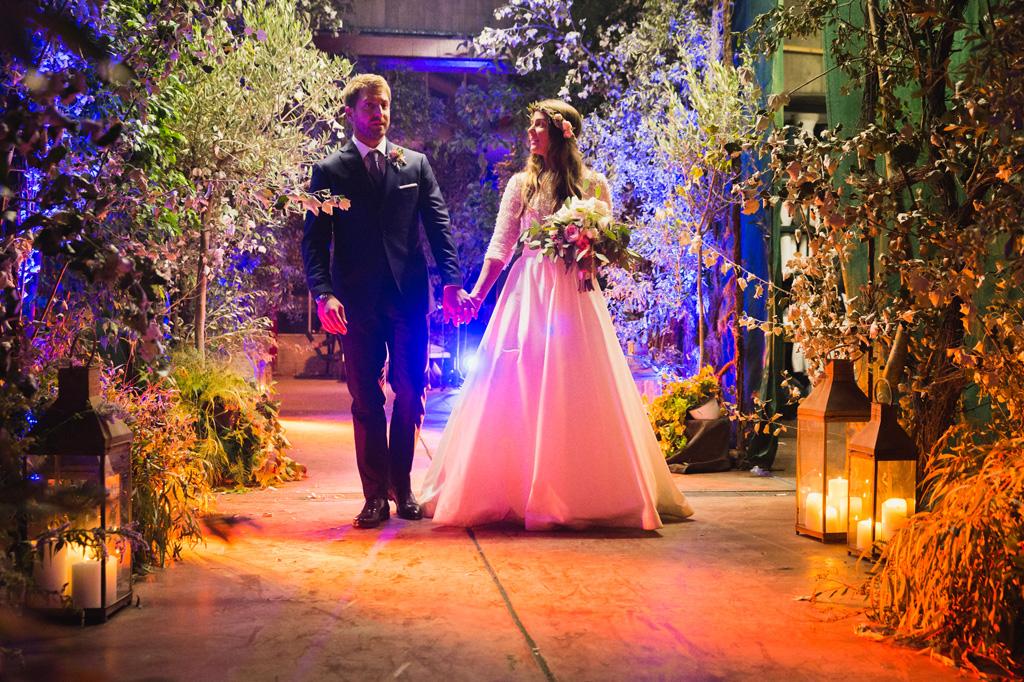 Gli sposi camminano mano nella mano nella serra Rattiflora