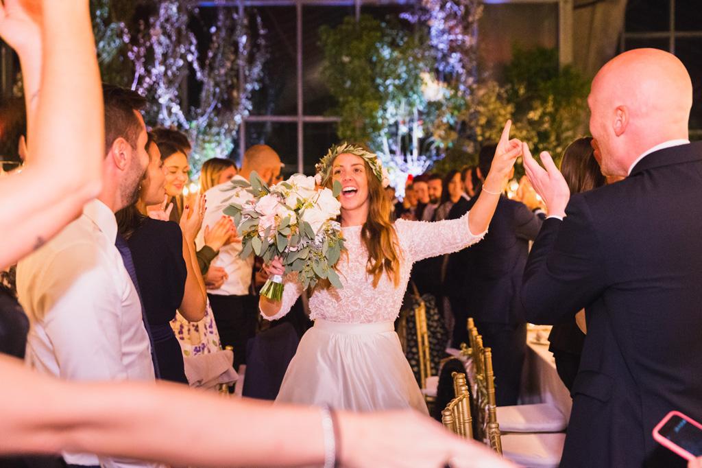 Felicità della sposa nella sala del ricevimento piena di invitati