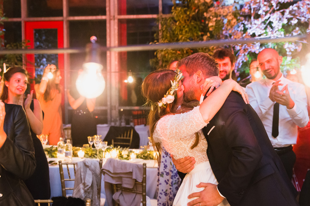 Bacio tra gli sposi nella sala della cena nuziale